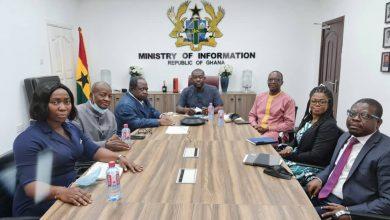 Photo de Le ministre Ghaneen de l'information Kodjo Oppong-Nkrumah  marque son OK pour l'accord de siège de L'UJPLA à  Accra